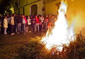 Candelas en Trigueros este viernes tras finalizar la novena. (Julián Pérez)
