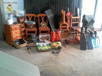 Objetos robados en algunas de las casas de campo.