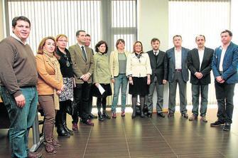 Elena Cortés, junto a los ocho alcaldes y alcaldesas que se han adherido al programa andaluz para evitar los desahucios.