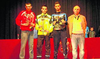 Los tres primeros clasificados de la general posan con sus trofeos.