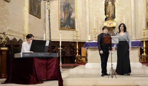 El trío lírico en un momento del ensayo en la Iglesia Parroquial.