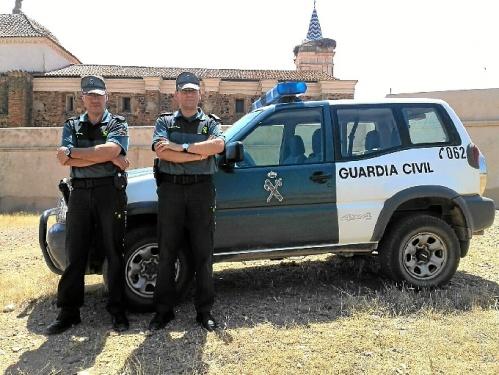 Aunque no se trataba de su servicio, no dudaron en unirse a las labores de búsqueda. De izquierda a derecha: el guardia civil Juan Ángel González y el brigada José Soria.