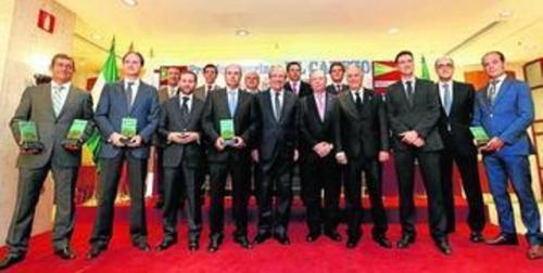Foto de familia de los premiados y los encargados de entregar los galardones.