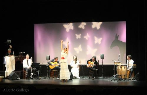 Un momento del espectáculo Mariposas Blancas representado en Trigueros. /Foto: Alberto Gallego.