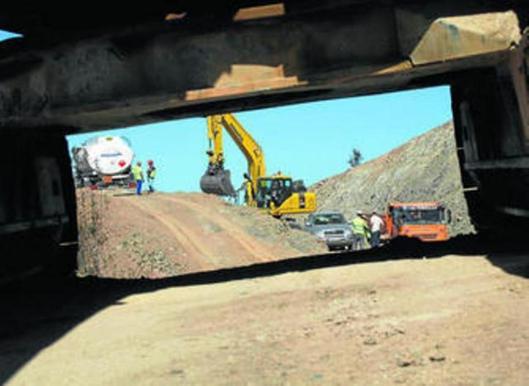 Trabajos de construcción de la carretera de acceso al embalse, en 2013