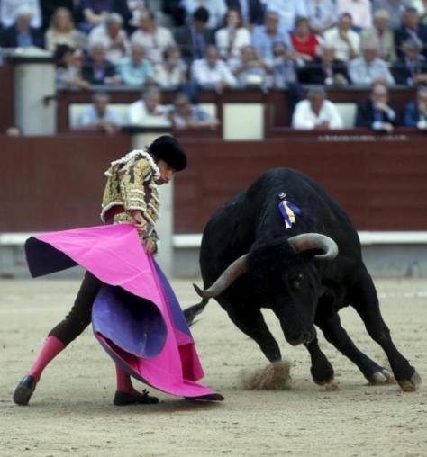 Media verónica de Fernando Robleño al inmenso toro de Cuadri JAVIER BARBANCHO